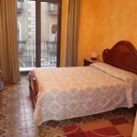 El Hostal Adarnius se encuentra en La Bisbal d'Empordà, a 28 km de Girona y a 40 km de Figueres. Ofrece habitaciones con calefacción y TV. El Adarnius cuenta con un bar cafetería y un restaurante que sirve cocina tradicional elaborada con productos locales. Hay menú del día y platos a la carta. El restaurante dispone de conexión Wi-Fi gratuita. Algunas de las habitaciones están equipadas con aire acondicionado y balcón insonorizado. Todas incluyen baño privado con ducha o bañera. El edificio tiene ascensor. Este hostal ocupa el edificio Les Voltes, de interés arquitectónico. En La Bisbal se celebra un mercado semanal todos los viernes.