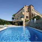 L'Hotel Sa Riera està situat a 2 minuts a peu de la platja de sa Riera de Begur. L'establiment ofereix una piscina exterior, un jardí i una terrassa amb vista sobre el mar Mediterrani. Les habitacions del Sa Riera són modernes, donen a una terrassa i tenen Wi-Fi gratuïta, TV per satèl·lit i vista sobre el mar o el jardí. L'esmorzar se serveix al menjador o a la terrassa. També hi ha un saló, una zona de pícnic a l'aire lliure i un parc infantil. El Sa Riera disposa de la seva pròpia escola de paddle surf. A més, és a prop de les rutes de senderisme de Begur i la recepció ofereix servei de lloguer de cotxes, bicicletes i escúters.