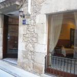Esta pensión tradicional se encuentra ubicada en un edificio de piedra con encanto, en el casco antiguo de Torroella de Montgrí. Ofrece conexión inalámbrica a internet en las habitaciones y zonas públicas. La Fonda Mitjà se encuentra en una zona tranquila. Los alrededores son ideales para hacer senderismo y ciclismo. Los campos de golf Gualta Pitch & Putt y Empordà están a 2 km. Girona se encuentra a sólo 22 km. El diseño de la Fonda Mitjà combina lo nuevo y lo antiguo. El restaurante ofrece comida catalana tradicional utilizando productos de temporada. Las habitaciones son sencillas e incluyen calefacción y aire acondicionado. Dispone de habitaciones de no fumadores y para personas de movilidad reducida.