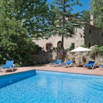 Esta villa está situada en la Costa Brava, en Santa Cristina d'Aro, España. Ofrece cocina equipada, salón, 5 dormitorios, piscina privada y balcón. La villa se encuentra a 1 km de un supermercado, a 300 metros de un restaurante y a 6 km de la playa de arena de Platja d'Aro. También hay un puerto deportivo a 7 km, un campo de golf a 2 km, pistas de tenis a 1,5 km y un centro ecuestre a 2 km. El parque acuático Aguadiver queda a 6 km.