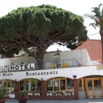 El Hotel la Masia está ubicado en el paseo marítimo de Port-Bou, en la frontera francesa. Ofrece aparcamiento y bonitas vistas. El restaurante L'Ancora, situado a 5 metros del hotel, sirve cocina tradicional catalana. Las habitaciones son luminosas y disponen de zona de estar con TV de pantalla plana, teléfono, baño privado con artículos de aseo gratuitos y secador de pelo, toallas y ropa de cama. El Hotel la Masia se encuentra a 5 minutos a pie de la estación de trenes de Portbou. La zona, rodeada por el parque nacional Massis de l'Albera, es ideal para practicar actividades al aire libre, como senderismo y vela. El establecimiento se encuentra a 30 minutos en coche de Figueres y a 70 km de Girona. Además, cuenta con aparcamiento privado para coches disponible por un suplemento y aparcamiento gratuito para motocicletas.