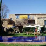 El hotel Arcs de Monells está ubicado en la aldea medieval de Monells, no muy lejos de Girona y de la Costa Brava, al pie de la sierra de Gavarres. Ofrece habitaciones cómodas, bien equipadas y con personalidad.