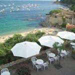 Aquest hotel, de gestió familiar, està situat a la platja de Calella de Palafrugell, un dels pobles més bonics de la Costa Brava. Ofereix vista panoràmica sobre la badia i el mar Mediterrani. Les habitacions de l'Hotel Mediterrani són lluminoses, modernes i elegants. Disposen d'aire condicionat, TV de pantalla plana, caixa forta, ventilador i bany modern amb assecador. Hi ha habitacions amb vista sobre el mar. El bar-cafeteria del Mediterrani té una terrassa i una vista magnífica sobre la badia. L'hotel ofereix internet Wi-Fi gratuïta a totes les instal·lacions, taulell d'informació turística i servei de lloguer de cotxes i bicicletes. Aquest hotel de temporada obre de maig a octubre.