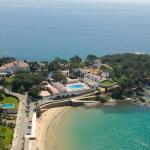 L'Hostal de la Gavina és a només 100 m de la platja de S'Agaró. Aquest establiment de 5 estrelles ofereix un spa, un club de tennis, habitacions amb una vista magnífica sobre el mar i una piscina exterior envoltada de jardins mediterranis. La Gavina té un emplaçament ideal a la Costa Brava, a només 27 km de l'aeroport de Girona. Figueres, la ciutat natal de Salvador Dalí, és a 1 hora amb cotxe. Les habitacions de l'Hostal Gavina inclouen finestres grans i una decoració clàssica amb teixits de luxe i mobiliari d'època. També disposen d'aire condicionat, minibar i TV per satèl·lit. El restaurant Garbí és al costat de la piscina de l'hotel i serveix dinars mediterranis. A més, el Conchas ofereix sopars de cuina internacional a la carta. A l'estiu podeu prendre àpats i còctels a la terrassa. L'spa de la Gavina té hammam, banyera d'hidromassatge, piscina coberta climatitzada, gimnàs i zona de relaxació amb vista sobre el mar. També hi ha una gran varietat de tractaments de bellesa.