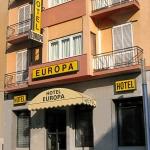 El petit i acollidor Hotel Europa ofereix una ubicació superba. Està situat a sols 800 metres del pintoresc nucli antic de Girona i a només 40 metres de l'estació de trens i autobusos. A l'Europa podreu gaudir una estada agradable. Les habitacions, decorades amb bon gust, tenen bany privat, TV de pantalla plana, aire condicionat i calefacció. L'hotel ofereix una biblioteca i internet Wi-Fi gratuïta a totes les zones. La recepció és oberta les 24 hores. Podreu visitar a peu els monuments famosos de Girona, com ara l'emblemàtica plaça de Catalunya, situada a 2 minuts a peu, o el barri jueu i la universitat, que també són a prop.