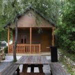 Este camping está situado en un entorno natural impresionante rodeado de montañas en el valle de Camprodon, en el Pirineo Catalán, y es ideal para practicar actividades al aire libre. El Càmping El Roures se encuentra en un precioso bosque de robles centenarios, a los pies de los Pirineos. Todo el entorno es un paraíso natural en el que se puede practicar senderismo u otras actividades al aire libre. Es el lugar perfecto para alojarse en familia o con un grupo de amigos, relajarse y disfrutar de la sensación de libertad. El valle de Camprodon es ideal para los senderistas y amantes de las actividades en la naturaleza. En la región también se pueden visitar unas ruinas romanas. Este complejo cuenta con gimnasio y 2 piscinas abiertas en verano. También dispone de spa con bañera de hidromasaje y baño turco abierto los fines de semana y días festivos. Las estancias de 2 o más noches incluyen 1 hora gratuita en el spa.