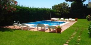 L'Apartamentos Rayon du Soleil està ubicat enmig de jardins, a 1 km del centre de s'Agaró i a 800 m de la platja. L'establiment ofereix una piscina exterior de temporada i a prop hi ha aparcament gratuït. Els apartaments tenen terrassa, zona d'estar amb sofà llit i TV, bany privat amb dutxa i cuina amb nevera, microones i cafetera. Els apartaments del primer pis gaudeixen de vista sobre el mar. A disposició dels clients hi ha una rentadora comuna, que funciona amb fitxes. Podreu comprar les fitxes a l'establiment. El complex ofereix informació turística.