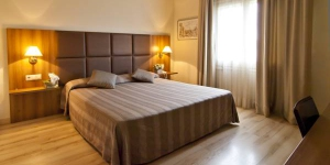 The Hotel Pirineos is located in the center of Figueres,  a short walk from the Dalí Museum. The rooms have 26-inch LCD TVs and free Wi-Fi.