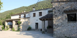 Can Carreras is an 18th-century house located within the natural setting of Alt Empordà and Alt Garrotxa. The house is set in a protected natural area and features spectacular mountain views.