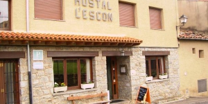 Set in the Catalan Pyrenees village of Llanars, 18 km from the Valter 2000 Ski Resort, Hostal l'Escon offers simple and comfortable accommodation with free Wi-Fi and free private parking. Each heated room comes with TV and a balcony or terrace with a nice view of the surrounding area.