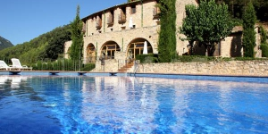 Offering an outdoor swimming pool and garden, Can Mas Albanyà is a restored 18th-century Catalan farmhouse, located in the countryside, 20 km from Figueras. It features rooms with rustic furnishings.