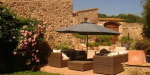 Le Can Carbó de les Olives vous propose de séjourner dans une maison restaurée datant du XVIIIème siècle située au cœur des vignobles et à 1 km de la ville médiévale de Peralada. Ses chambres rustiques disposent de la climatisation, d'une connexion Wi-Fi gratuite, d'un lit king-size et d'une télévision par satellite à écran plat. Installés autour d'une cour centrale, les hébergements sont dotés d'un canapé, d'un coffre-fort et d'un réfrigérateur. Ils possèdent tous une entrée privative accessible depuis le jardin et certains comprennent une terrasse privée. La salle de bains est pourvue d'une grande douche, de serviettes de toilette luxueuses, d'un sèche-cheveux et d'articles de toilette gratuits. Servi dans le bâtiment principal, le petit-déjeuner gratuit est composé d'ingrédients provenant des fermes voisines. Vous pourrez bénéficier de menus adaptés à un régime alimentaire particulier et réserver le déjeuner ainsi que le dîner à l'avance. L'établissement dispose d'un parking gratuit. Il se trouve à 20 minutes en voiture de la plage de Roses et de la réserve naturelle du cap de Creus. Vous rejoindrez la ville de Figueres et l'autoroute AP7 en 15 minutes de route environ et la frontière française en 25 minutes.