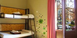 Située sur l'emblématique Plaça Catalunya, au cœur de la superbe ville historique de Gérone, cette auberge se trouve à quelques pas de la vieille ville. Les dortoirs de l'Equity Point Hostel Girona présentent une décoration moderne et sont bien équipées pour les voyageurs à petit budget. Détendez-vous avec des amis ou d'autres voyageurs sur la terrasse de l'auberge, offrant une vue imprenable sur la ville. L'Equity Point Girona dispose également de 2 grands espaces communs pour vous détendre, lire ou discuter. Des ordinateurs reliés à Internet et un accès Wi-Fi gratuit sont à votre disposition.