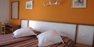 Hotel Nou Estrelles is a 5 minute walk from the historic quarter and the beach in the charming seaside town of Cadaqués. It offers simple, comfortable rooms with a flat-screen TV.
