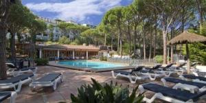 Aquest hotel de gestió familiar està situat en una zona tranquil·la de la Costa Brava, a només 350 m de la platja de Calella de Palafrugell. Disposa d'una piscina exterior de temporada envoltada de pins. Les habitacions de l'Hotel Garbí disposen de balcó o terrassa amb vista sobre el bosc de pins mediterranis. Totes estan equipades amb escriptori i TV. Algunes habitacions disposen de banyera d'hidromassatge i d'altres tenen dutxa d'hidromassatge. El restaurant de l'hotel Garbí serveix menjar casolà d'estil mediterrani i especialitats locals. Durant els mesos d'hivern, el restaurant només obre els caps de setmana per dinar i sopar. Els voltants ofereixen als clients una gran varietat d'activitats. En un radi de 30 minuts en cotxe de l'hotel, hi ha 3 camps de golf, inclòs el Golf Empordà. L'aeroport de Girona és a 1 hora en cotxe, aproximadament.