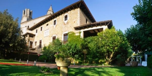Hotel Palau lo Mirador is a restored 14th-century building in Torroella de Montgrí, in Catalunya's Baix Empordà region. It offers free parking and beautiful grounds with an outdoor pool.