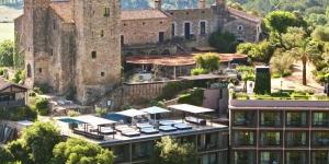 Cet hôtel de caractère est situé dans la magnifique région rurale d'Empordà, dans un château restauré datant du XIVe siècle. Il propose une piscine extérieure, une connexion Wi-Fi gratuite, un parking gratuit et des chambres climatisées offrant une vue panoramique sur la campagne environnante. L'Hotel Castell d'Empordà se trouve à moins de 10 kilomètres des agréables villages de Pals et de Palafrugell tandis que les plages de la Costa Brava sont accessibles à seulement 15 kilomètres. Vous pourrez rejoindre l'aéroport de Gérone en 40 minutes de route. Les chambres de l'Hotel Castell d'Emporda affichent une décoration unique avec de la soie indienne et un mobilier provenant d'Italie, du Maroc et de Chine. Elles sont toutes équipées d'un lecteur CD/DVD. Le restaurant de l'hôtel, le Drac, sert des plats méditerranéens élaborés à partir de produits frais locaux. Vous pourrez déguster vos repas et siroter des boissons sur sa terrasse couverte tout en admirant la vue magnifique sur la campagne. La randonnée est une activité très prisée dans la région. Un service de location de vélos et de voitures est disponible. La réception est ouverte 24h/24, vous permettant d'aller et venir à votre guise.