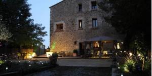 L'Hostal La Lolita, envoltat de jardins, es troba en una masia tradicional catalana situada a 10 minuts amb cotxe de Girona i a prop de les platges més boniques de la Costa Brava. L'Hostal La Lolita ofereix una vista fantàstica i disposa d'habitacions encantadores, que han estat decorades amb molta cura i presenten mobles d'estil rústic i teixits suaus. Totes disposen de TV de pantalla plana i bany privat. Aquesta masia té un porxo preciós, on podreu relaxar-vos i gaudir del camp dels voltants. L'Hostal La Lolita també té una zona d'estar i una biblioteca petita. El restaurant de l'Hostal La Lolita serveix sopars. A més, hi ha internet Wi-Fi gratuïta a les zones comunes. La localitat del Monells i el castell Gala-Dalí són a menys de 7 minuts amb cotxe de l'Hostal La Lolita.