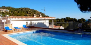 Located 300 metres from famous La Mar Menuda Beach, in Tossa de Mar, Maria del Mar - Holiday Houses boasts an outdoor swimming pool. Free private parking is available on site.