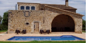 Set in a rustic, 18th-century property in a farm outside Juià, Mas Trobat offers charming rooms with hydromassage baths and free Wi-Fi.  It offers views of the surrounding fields and countryside.