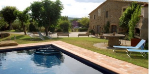 This traditional 17th-century Catalan country house is close to the town of La Pera and only 10 minutes' drive from La Bisbal. It offers free Wi-Fi, a large garden area and a seasonal outdoor pool.