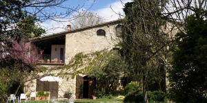 Featuring a swimming pool in a rustic and peaceful setting, Can Solanas is located 5 minutes' drive from the medieval town of Besalu. The country house is an old stone farmhouse from the 13th century.