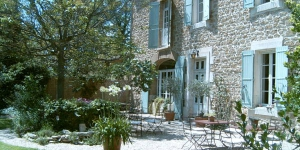 Set in a Provençal house dating back to 1850 in Althen-des-Paluds, Mas des Avettes B&B offers a manicured garden with outdoor swimming pool and sun loungers. Massages can also be arranged on site.