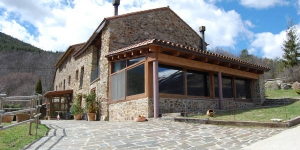 Set in Ribes Valley by Montgrony Mountain Range, Can Gasparó offers free Wi-Fi. Located in Planolas, the rustic-style hotel has a traditional Catalan restaurant and an extensive land with horses.
