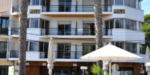 Els Apartaments Milú estan situats al centre de Platja d'Aro, a només 150 m de la platja. Presenten una decoració d'estil rústic català i inclouen una zona de cuina amb nevera i forn. Als carrers del voltant dels apartaments hi ha una gran varietat de restaurants, bars i botigues. El personal de recepció de l'establiment pot donar informació sobre els llocs d'interès de la Costa Brava. A més, el camp de golf Pitch-and-Putt Platja d'Aro és a 12 minuts a peu. Els Apartaments Milú es troben a 1 hora i 15 minuts en cotxe de Barcelona i a 40 minuts en cotxe de l'aeroport de Girona.