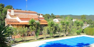 Holiday House Vall Repos is located 10 km from Sant Cristina D'Aro. The house has 2 storeys and it is located in an elevated position on top of a hill, 8 km from the sea, by a road.