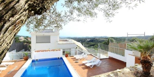 Paradise is a large, modern house, built in 2006, located in Lloret de Mar, 5 km from the sea. This is a 9-room house on 4 levels includes a living room, a kitchen-/living, four bathrooms and five bedrooms.