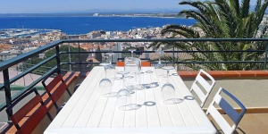 Alójate en el centro de Rosas  Las Alondras 2 is a 4-room apartment, 75 m2 on the 2nd floor, located in a 3-storeys complex above Roses, 700 m from the centre, in a quiet, sunny position on a slope, 1 km from the sea. The property features shared swimming pool (12 x 6 m, 01.