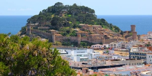 Holiday home Casa Closas Tossa de Mar is a 4-room terraced house of 150 m2 with panoramic view of the sea, the countryside and the resort. The house has a kitchen, two bathrooms and a separate WC, and a balcony.