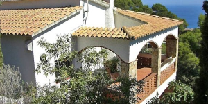 Apartment Es Raco II Begur is a self-catering accommodation located in Begur, 2 km from the sea. The apartment will provide you with a living/dining room with open fireplace, and a terrace.