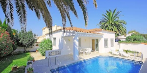 Holiday Home Montgri 322 Empuriabrava is a 4-room house 120 m2. It is in the district of Montgri, 800 m from the centre of Empuriabrava, 1 km from the sea, 1 km from the beach, in a cul-de-sac.