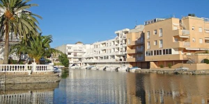 Port Mistral 13 is a self-catering accommodation located in Empuriabrava. The property is 1.