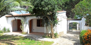 This is a three room house of 47 m2, 2 km from the center of L'Escala. There is a living/dining room with open fireplace, satellite-TV and gas heating and an exit to the patio.