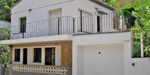 Urb Sant Miquel Colera is a simple 2-family house, 2 storeys. On the outskirts, 800 m from the centre of colera, in a quiet position, 1 km from the sea. Private: natural garden 70 m2 (fenced), individual garage by the house. Shop, supermarket is 500 m, restaurant 300 m, bar 500 m, sandy beach 1 km, bathing bay 1 km away from the house. A golf course is 23 km away. It is a 4-room house of 65 m2 on 2 levels, partly renovated. There is a living/dining room 20 m2 with 1 sofa bed, TV and DVD. Exit to the garden, to the terrace. 1 room with 1 bed (135 cm). Open kitchen (4 hotplates, dishwasher). Shower/WC. On the lower ground floor: (outdoor steps), 1 room with 1 bed (135 cm). 1 room with 1 x 2 bunk beds (80 cm). Shower/WC. Patio 90 m2. Terrace furniture. View of the mountains. Facilities: washing machine. Garage. Please note: maximum 1 pet/ dog allowed. TV only ES, FR. The garage measures 2.50 m x 4.70 m.