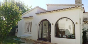 Holiday Home Requesens 3a Empuriabrava is located in the district of Requesens, in the center of Empuriabrava. Interior: 2-bedroom house (60 m2) with a living/dining room, open kitchen with bar and a veranda.