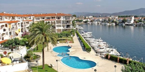 "Gran Lago 65, 1/5 C is an apartment in a block ""Gran Lago"". In the district of San Mauricio 3 km from the centre of Empuriabrava, 3 km from the sea, located by a road."