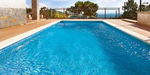 This villa is located in Lloret de Mar, Costa Brava, Spain. It offers an equipped kitchen, living/dining room, 4 bedrooms, bath/WC, swimming pool, central heating and terrace.