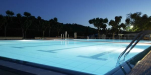Situated in the foothills of Les Gavarres Nature Reserve, 7 km from the centre of Llagostera, Camping Ridaura features an outdoor pool and offers free Wi-Fi in public areas. All mobile homes have outdoor furniture and an indoor seating area with a dining table and flat-screen TV.