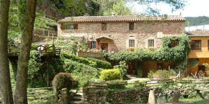 Situé à seulement 5 km d'Arbúcies, le Masía El Moli de Can Aulet est un moulin restauré du XVIe siècle composé de 2 maisons de campagne indépendantes avec terrasse et barbecue privé dans chacune. Ces établissements de charme affichent une décoration de style rustique et disposent d'une salle de bains avec une douche chacun. Leurs coins salons comprennent un canapé, une cheminée, une télévision et un lecteur DVD. Leurs cuisines sont équipées d'un four micro-ondes et d'un lave-linge. Une connexion Wi-Fi est disponible gratuitement dans l'ensemble des bâtiments. Situé dans une jolie petite vallée, à seulement 5 km du parc naturel du Montseny, le Masía El Moli de Can Aulet bénéficie d'un emplacement idéal pour les activités de plein air telles que la randonnée, le VTT ou l'équitation. L'aéroport de Gérone se trouve à 25 minutes en voiture et vous pourrez rejoindre les plages de la Costa Brava en une heure de route. Vous bénéficierez d'un parking gratuit sur place.