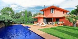 Located in Navata, Villa Navata offers outdoor pool and a fitness centre. The property is 1.