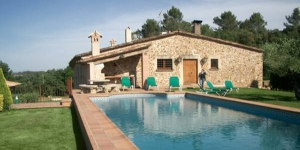 Offering a shared outdoor pool, Mas Vila offers independent country houses in Monells, 10 minutes' drive from Gala Dalí Castle. Each house has a bbq and free Wi-Fi.