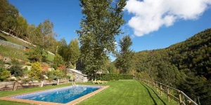 Situated in the heart of Molló Animal Park in the Pyrenees, Apartamentos Rurales Les Barnedes boasts an extensive garden with a shared outdoor pool and views of the mountains. Each heated apartment has a private piece of the garden, complete with outdoor dining area and sun loungers.