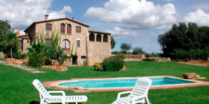 Can Cufi offers rustic-style apartments in a tranquil area 2 km outside Seriñá. Guests can enjoy the shared garden with swimming pool, BBQ facilities and children's playground.