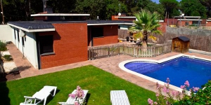 Offering an outdoor swimming pool, Villa Budha is located in Sils. Set 20 minutes' drive from the centre of Girona, the holiday home has a lovely garden and furnished terrace.