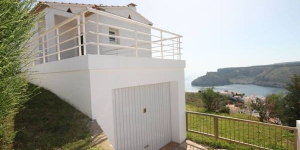 This detached holiday home with a private swimming pool is located at the highest point of Mount Montgo in the beach resort of L 'Escala. This holiday home has a spacious living room and kitchen with microwave and refrigerator.