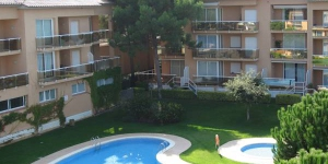 This comfortably furnished apartment is in a well maintained apartment complex. It is 1km from the Playa de Pals beach on the Costa Brava.